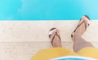 Slippers bij het zwembad